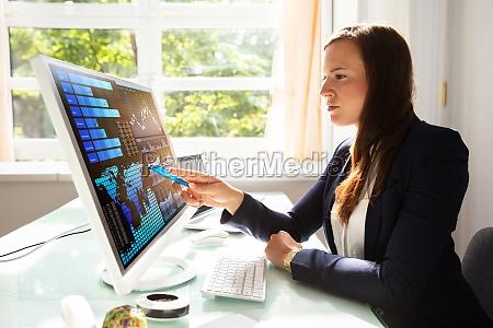 mulher de negocios nova que analisa