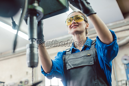 mulher trabalhadora em oficina de metal