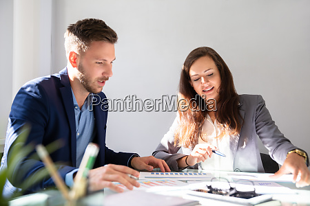 dois empresarios que analisam o grafico