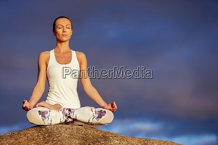 ioga mulher meditando ao ar livre