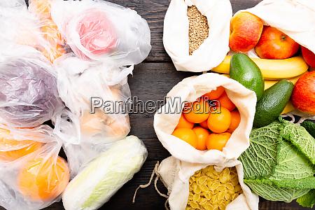 legumes frescos e frutas em sacos