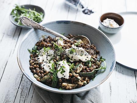 deliciosa tigela de lentilhas com abobrinha