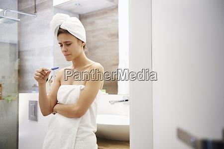 mulher nova no banheiro que preocupa