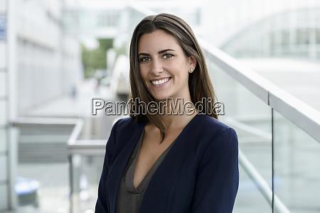 retrato de uma jovem empresaria sorridente