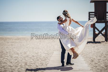 feliz casal de noivas curtindo o