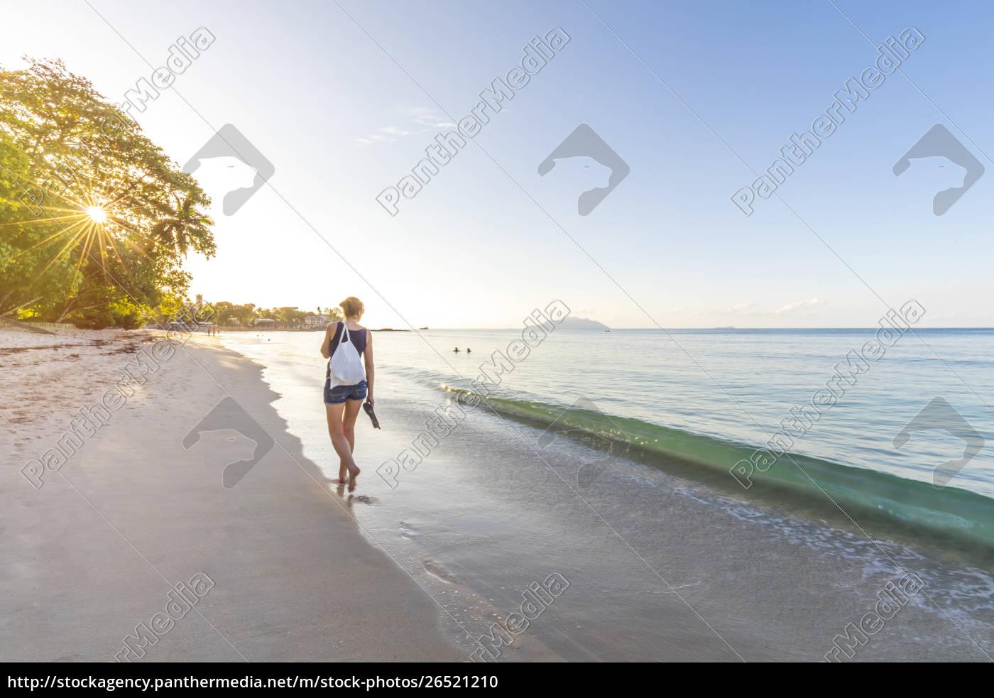 seychelles, mahe, praia, de, beau, vallon, mulher, que, anda - 26521210