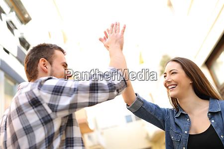 amigos felizes que dao cinco elevados
