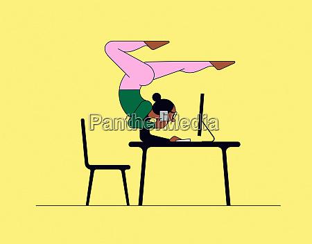 mulher fazendo yoga handstand enquanto trabalha