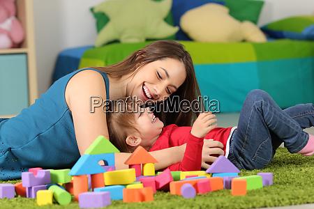 mae ou baba brincando com uma