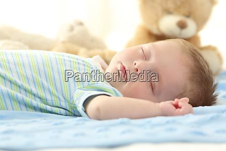 bebe solteiro dormindo em uma cama