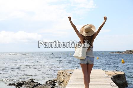 Unico turista que levanta os bracos