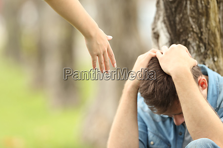 adolescente triste e uma ajuda de
