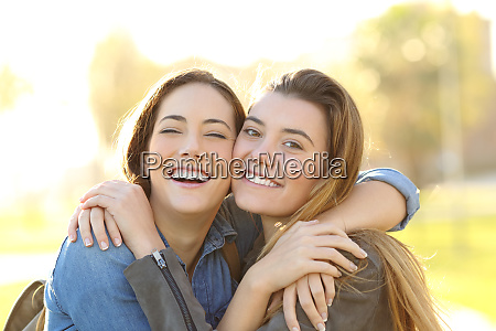 amigos felizes com sorriso perfeito abracando