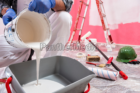 pintor de casas trabalhando no canteiro