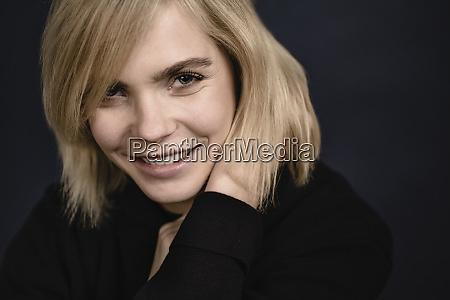 retrato de uma jovem loira sorridente
