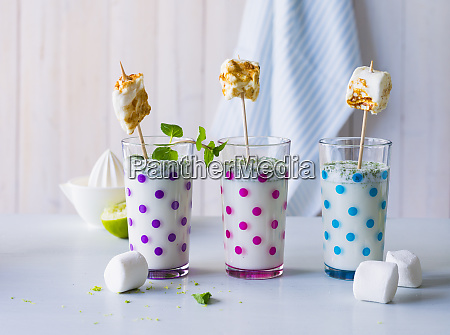 tres copos de bebida buttermilk com
