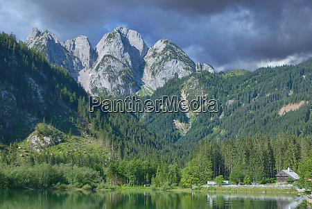 lago gosausee em montanhas de
