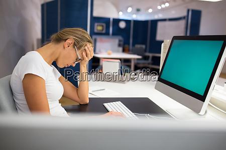 o escritorio de excesso de trabalhoburnout