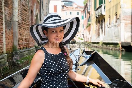 mulher sorridente cavalgando em gondola
