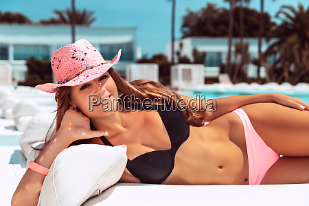 mulher bonita que tanning na praia