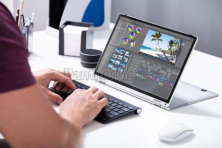 homem editando o video no computador