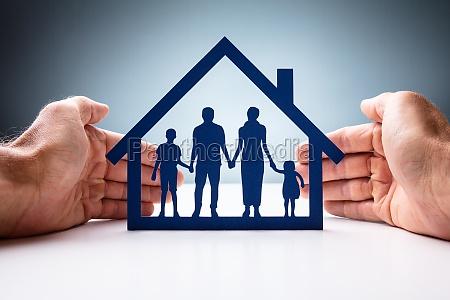 empresario protegendo casa da familia