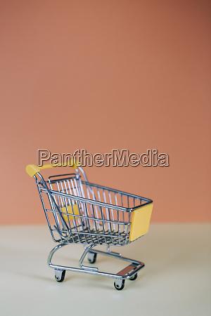 carrinho de compras de brinquedo minusculo