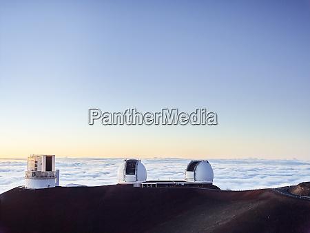 observatorio wm keck por nuvens contra
