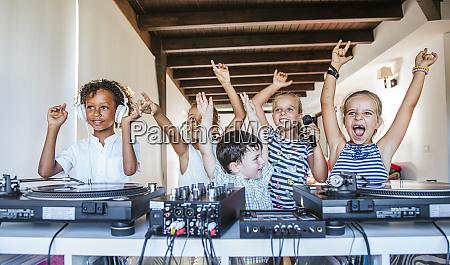 jovens amigos dando uma festa no