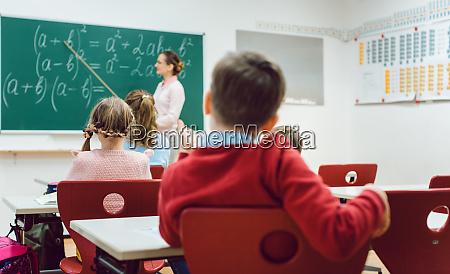 estudante de menino na classe do