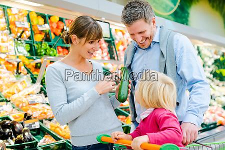 familia compra frutas e legumes em