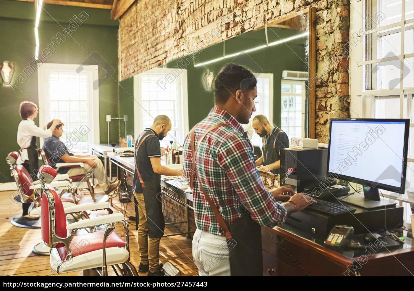 barbeiros, homens, trabalhando, em, barbearia - 27457443