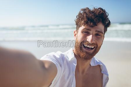 retrato de um jovem caucasiano feliz
