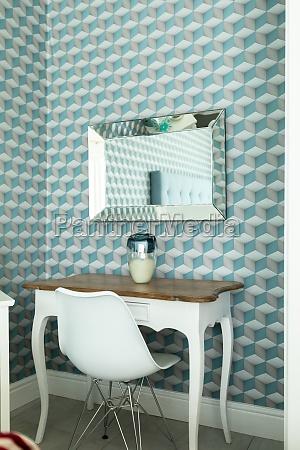 vista lateral da mesa com cadeira