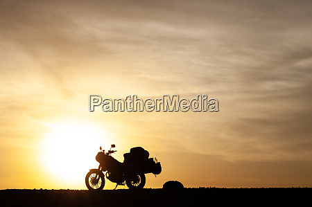 motocicleta, excursionando, mostrada, em, silhueta, no - 27626680