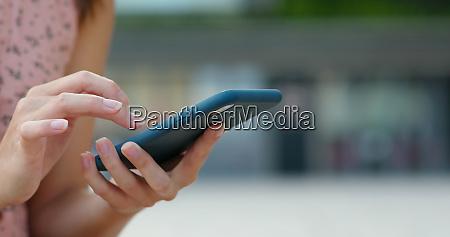 uso de telefone inteligente em exterior
