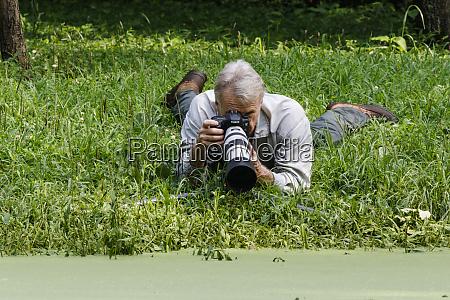 fotografo da natureza trabalhando