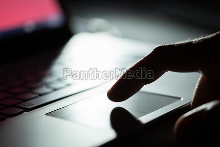 mao de uma pessoa usando touchpad