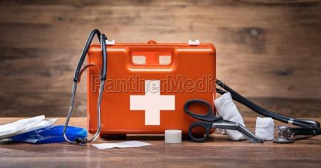 kit de primeiros socorros com equipamento