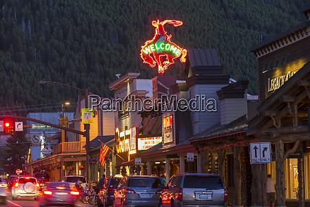 rua com restaurantes e lojas jackson