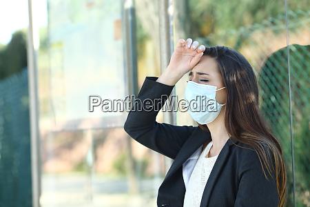 mulher usando uma mascara reclamando sofrendo