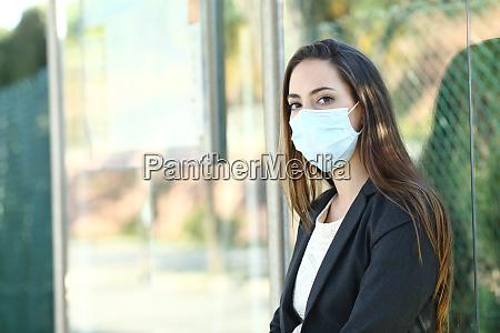 mulher usando uma mascara para evitar