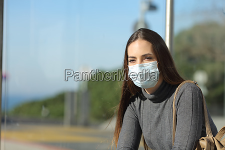 mulher com uma mascara impedindo contagio
