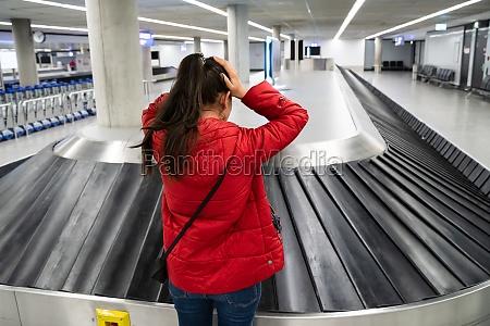 mulher perturbada perdeu bagagem durante a