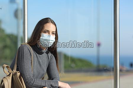 garota usando uma mascara impedindo contagio