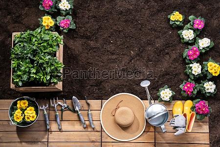 ferramentas de jardinagem e vasos de