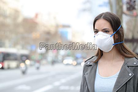 mulher usando mascara protetora olhando para