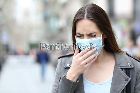 mulher doente com mascara protetora tossindo