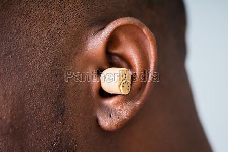 aparelho auditivo na orelha do homem
