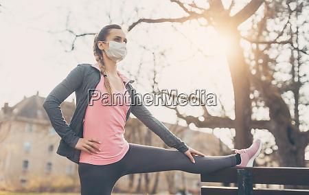 mulher usando mascara facial esticando em